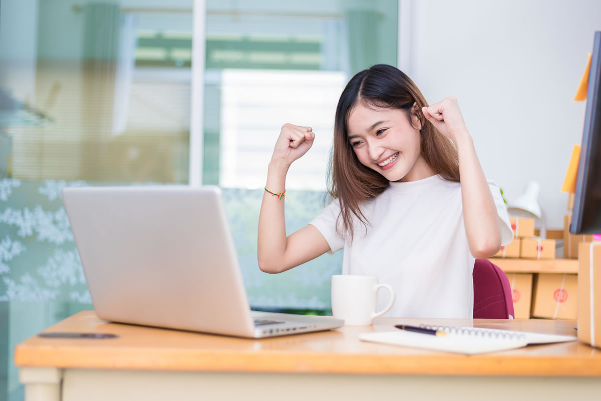 Vrolijke meid achter de computer