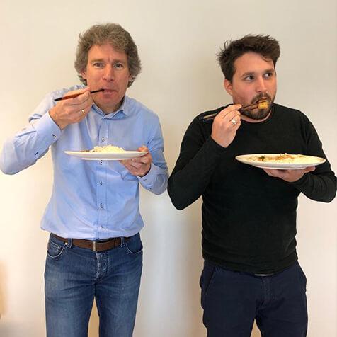 Gert Tom eten met stokjes
