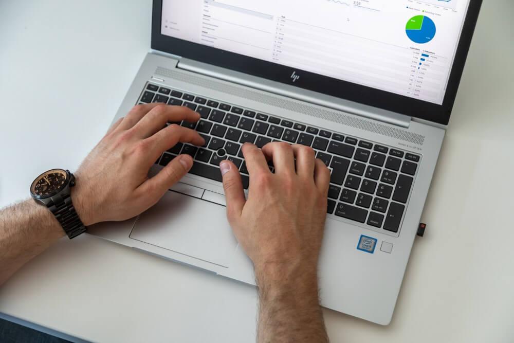 Laptop op bureau handen