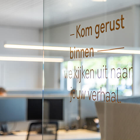 Glazen deur met tekst 'kom gerust binnen'